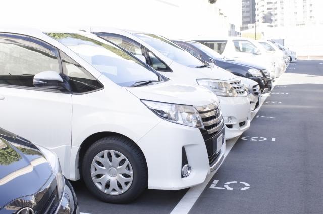 駐車されたたくさんの車